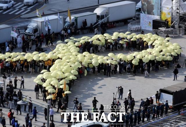 13일 오후 서울 광화문광장에서 세월호 참사 5주기를 추모하는 행사가 열렸다. /뉴시스