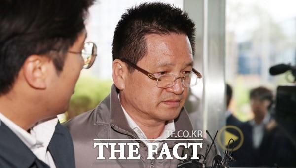 검찰은 건설업자 윤중천 씨에 대한 증인 채택을 요청했으나 재판부는 1심에서 충분히 신문했다며 받아들이지 않았다. 사진은 지난해 4월 검찰에 출석하는 윤중천 씨의 모습. /뉴시스
