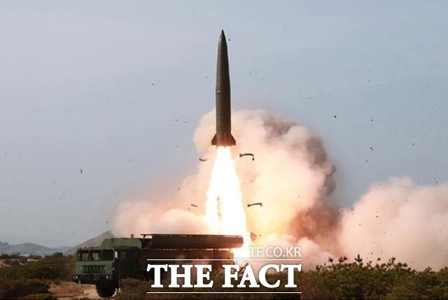 반면, 북한의 협상 복귀 가능성과 동시에 북한의 군사 도발 가능성도 떠오르고 있다. 북한판 이스칸데르 미사일로 추정되는 전술유도무기가 날아가고 있다. (사진=노동신문 갈무리) /뉴시스