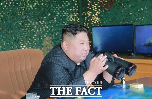 미국 CNN 방송이 김정은 북한 국무위원장이 수술을 받은 뒤 위독하다고 보도한 가운데, 북한 매체는 반박 보도가 아닌 김 위원장의 간접 동향보도를 내보내고 있다. 김정은 북한 국무위원장이 지난해 5월 동해상에서 대구경 장거리 방사포, 전술유도무기의 타격 훈련을 지도한 모습. /노동신문.뉴시스