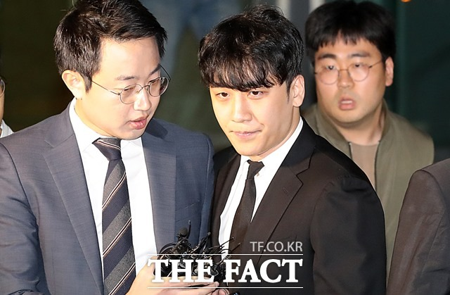 구속영장이 기각된 승리(이승현)가 14일 오후 서울 중랑구 중랑경찰서를 나서고 있다./뉴시스