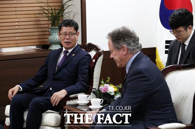 탈북민 단체들은 복합적인 이유를 들어 대북 인도적 지원 사업에 대해 반대했다. 김연철 통일부 장관이 13일 정부서울청사 통일부 장관실에서 유엔 산하기관인 세계식량계획(WFP)의 데이빗 비즐리 사무총장과 면담을 하고 있다. /뉴시스