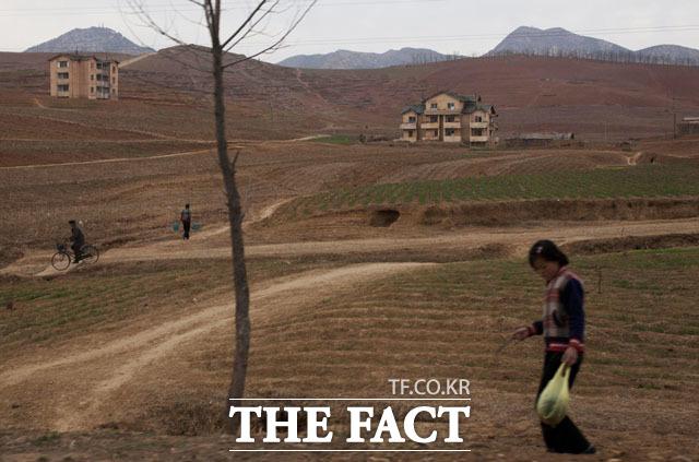 통일부가 대북 인도적 식량지원에 대해 여론수렴을 진행중이지만 식량지원을 찬성하는 단체들과 감담회를 진행했다는 비판이 일었다. 사진은 2011년 5월17일 북한 개성의 풍경./AP.뉴시스