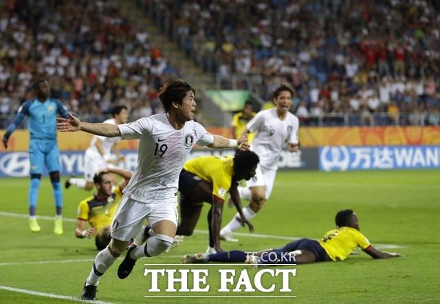 한국의 윙백 최준이 12일 폴란드 루블린에서 열린 에콰도르와 U-20 FIFA월드컵에서 이강인의 택배 프리킥을 받아 선제골을 터뜨린 뒤 골세리머니를 하고 있다./루블린(폴란드)=AP.뉴시스