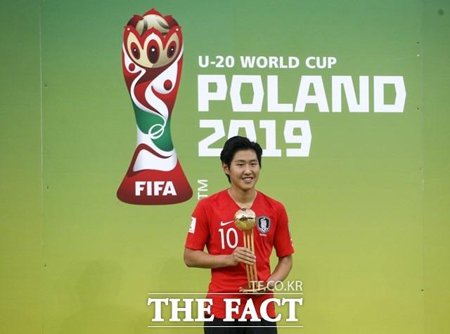 슛돌이 이강인이 16일 리오넬 메시의 뒤를 따라 14년 만에 처음 18세에 FIFA U-20 월드컵 골든볼을 수상한 뒤 포즈를 취하고 있다./우치(폴란드)=AP.뉴시스