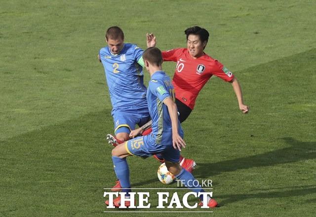 우크라이나 선수들의 집중 견제를 받고 있는 이강인./우치(폴란드)=AP.뉴시스