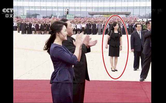 김정은 북한 국무위원장과 부인 리설주 여사가 20일 평양 순안공항에 도착한 시진핑 중국 국가주석과 부인 펑리위안 여사가 전용기에서 내리는 모습을 바라보며 박수치고 있는 가운데 의전담당자로 현송월(가운데) 삼지현관혁악단장이 나타났다. /CCTV.뉴시스