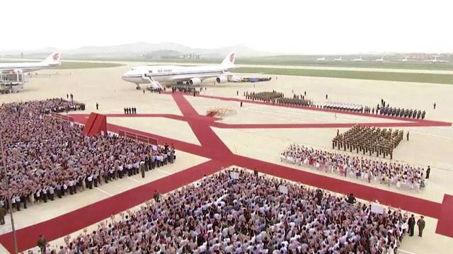 20일 시진핑 중국 국가주석의 평양 순안 국제공항 도착을 맞이한 북한 환영단의 모습. /CCTV.뉴시스