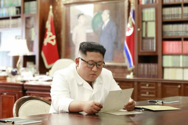 북한 노동신문이 지난달 23일 도널드 트럼프 미국대통령이 친서를 보내왔다며, 김정은 국무위원장이 친서를 읽는 모습의 사진과 함께 보도했다. / 뉴시스.노동신문
