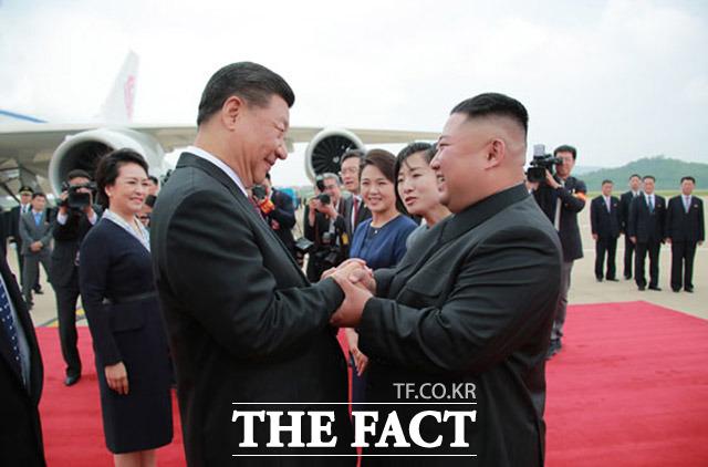 김정은 북한 국무위원장이 시진핑 중국 주석에게 구두 친서를 보내 경제 돌파구를 찾으려는 행보가 아니냐는 분석이 나오고 있다. 지난해 6월 평양 순안공항에서 김정은 국무위원장이 시진핑 중국 국가주석을 맞이했다. /노동신문.뉴시스