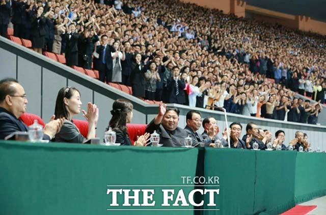 북한 노동신문은 김정은 국무위원장이 지난 3일 평양 5·1경기장에서 대집단체조와 예술공연 인민의 나라를 관람했다고 4일 보도했다. /뉴시스.노동신문