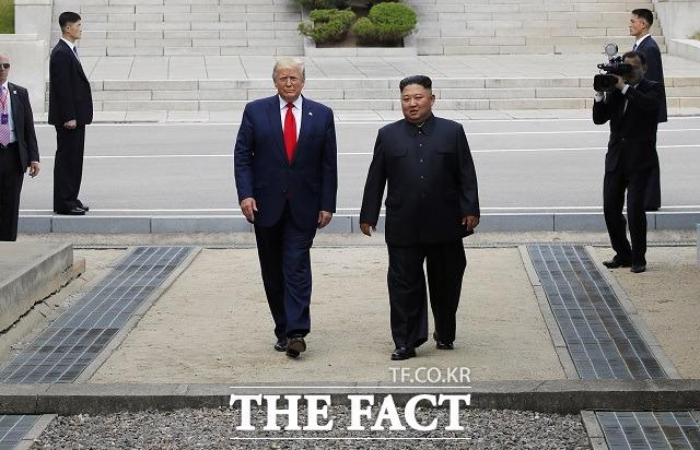 도널드 트럼프 미국 대통령과 김정은 북한 국무위원장이 30일 판문점 공동경비구역(JSA) 군사분계선을 넘어 북측으로 갔다 다시 남측으로 넘어오고 있다. /뉴시스