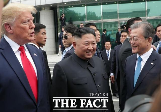 1박2일 한국을 방한한 도널드 트럼프 미국 대통령은 최초의 역사적 순간을 연출하며 세계를 놀라게했다. 판문점 남측 지역 자유의 집에서 정전선언 66년 만에 만난 트럼프 대통령, 김정일 북한 국무위원장, 문재인 대통령. /뉴시스
