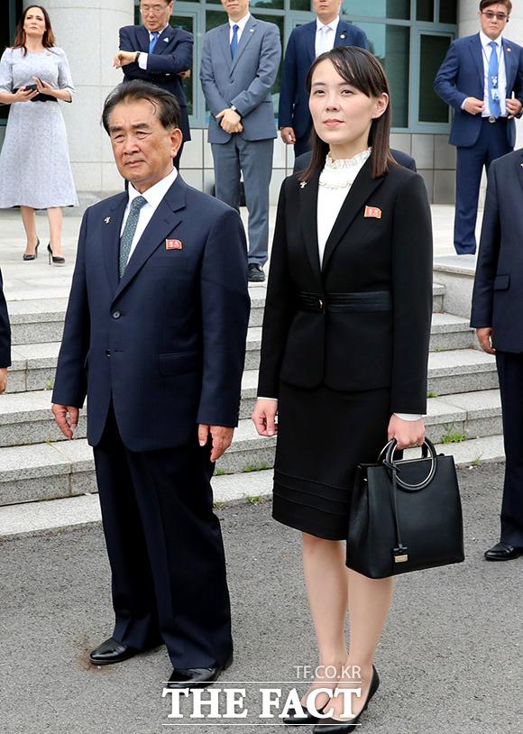 김여정 제1부부장(오른쪽)이 김창선 국무위원회 부장과 함께 정상회담을 지켜보고 있다. /뉴시스