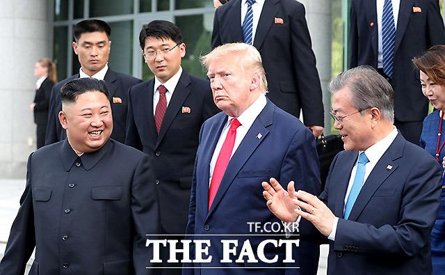 문재인 대통령과 김정은 북한 국무위원장, 도널드 트럼프 미국 대통령이 지난달 30일 경기 파주 판문점 공동경비구역(JSA) 자유의 집에서 회담을 마친 뒤 대화를 나누며 나오고 있다. 환하게 웃는 김 위원장이 인상적이다. /뉴시스