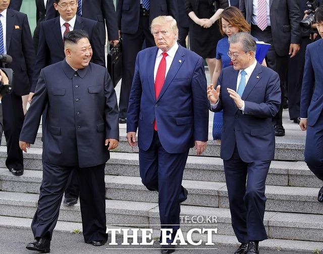 김정은 북한 국무위원장과 도날드 트럼프 미국 대통령이 지난달 30일 판문점 공동경비구역(JSA) 자유의 집에서 회동을 마치고 나오고 있다. 오른쪽은 문재인 대통령. /뉴시스