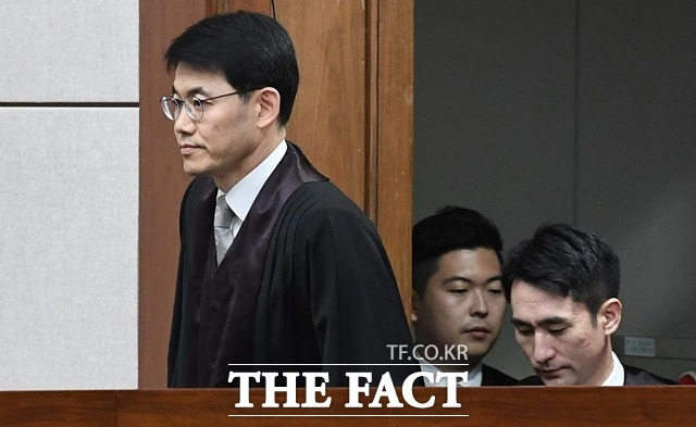 성창호 부장판사 등 사법농단 사태에 연루된 법관들의 선고가 13.14일 줄줄이 예정돼 있다. 사진은 지난 2018년 7월 국가정보원에서 특수활동비를 상납받고 옛 새누리당의 선거 공천 과정에 개입한 혐의로 기소된 박근혜 전 대통령에 대한 1심 선고가 20일 오후 서울 서초동 법원종합청사 형사대법정 417호에서 열리는 가운데, 당시 재판장이었던 성 부장판사가 재판정에 입장하는 모습./ 뉴시스