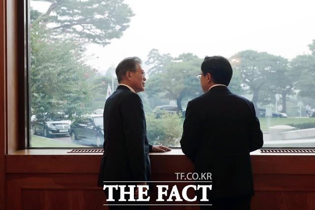 이날 오후 6시 59분께 회동이 종료된 후 문재인 대통령과 황교안 자유한국당 대표가 따로 창가에 서서 잠시 대화를 나누고 있다. 양측은 두 사람이 어떤 대화를 나눴는지에 대해선 공개하지 않았다. /청와대 제공