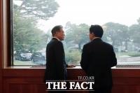 [TF주간政談] 문재인-황교안 90초 '창가 독대', 사진만 있고 내용은 '비밀'
