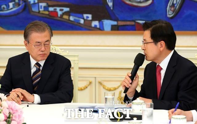 황교안(오른쪽) 자유한국당 대표가 18일 오후 청와대 인왕실에서 열린 대통령-여야 5당 대표 회동에서 모두발언을 하고 있다. 이를 듣고 있는 문 대통령. /뉴시스