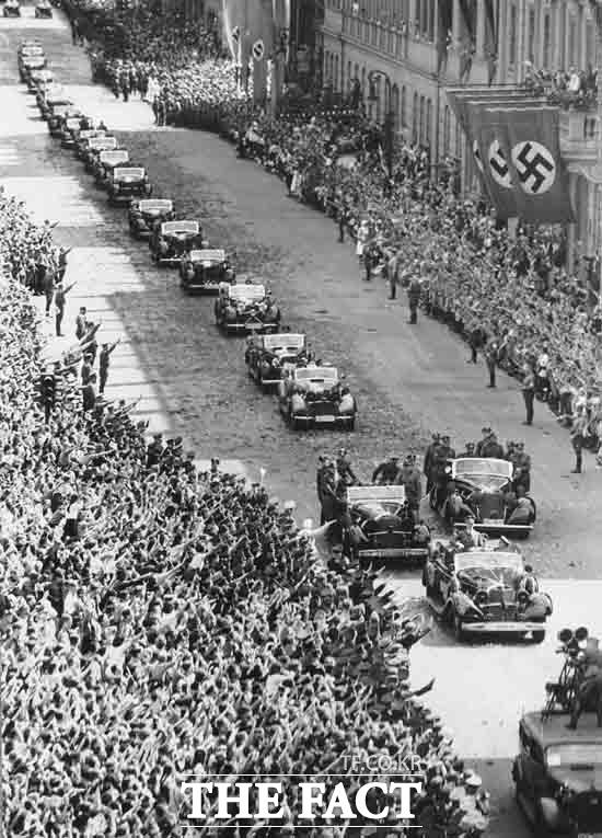 세계2차대전의 원인으로 많은 사람들은 아돌프 히틀러를 뽑곤 한다. 히틀러가 1940년 당시 카 퍼레이드를 하고 있는 장면. /AP.뉴시스
