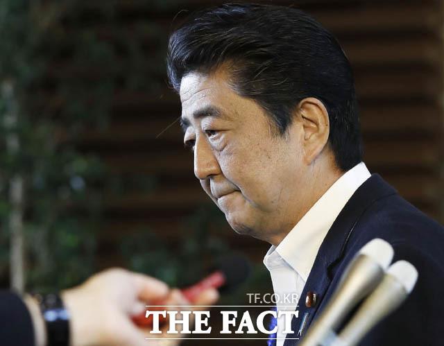 아베 신조 일본 총리가 5일 저녁 총리관저에서코로나19 대책본부 회의를 열고 한국이나 중국에서 온 입국자에 대해 2주간 격리 조치를 취한다고 밝혔다. 일본 정부가 지난해 7월 기자회견을 하는 모습. /AP.뉴시스