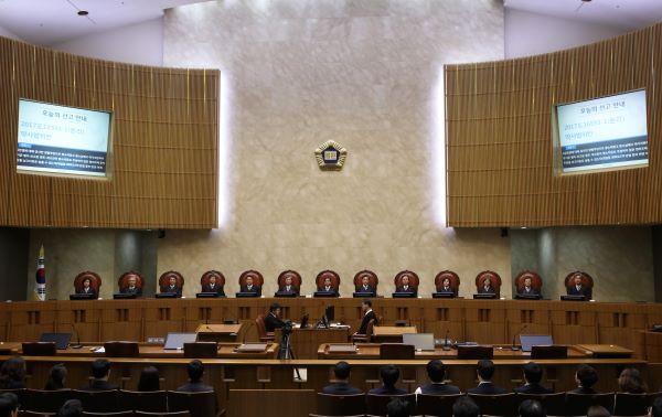 김명수 대법원장을 비롯한 대법관들이 3월 21일 여순사건 재심 인용 결정에 대한 전원합의체 판결을 위해 대법원 대법정에 앉아 있다. /뉴시스