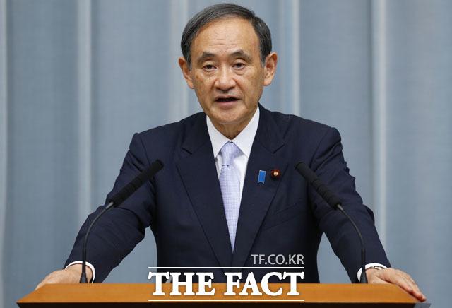 차기 총리로 유력시되는 스가 요시히데 관방장관이 북일정상회담을 언급해 일본 신임 내각의 대북정책에 대해서 관심이 쏠리고 있다. 스가 관방장관이 기자회견을 하고 있는 모습. /AP.뉴시스