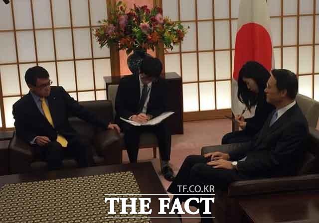 이수훈 전 주일 한국대사는 일본의 경제보복을 경제전쟁이라고 해석했다. 2018년 고노다로 일본 외무상과 이 전 대사의 모습. /뉴시스