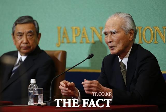 일본은 1993년 고노 담화, 1995년 무라야마 담화로 위안부 모집 강제성과 식민지 지배의 도의적 책임까지는 인정했다. 아베 신조 총리는 이 두 담화를 계승 발전하기보다는 부정하는 입장을 보여왔다. 사진은 2015년 6월 9일 열린 공동 기자회견에서 아베 총리를 비판하는 일본의 무라야마 도미이치 전 총리(오른쪽)와 고노 요헤이 전 관방장관. /AP.뉴시스