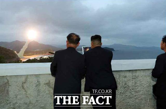 2019년 김 위원장의 군사·경제 공개활동은 2018년과 확연한 차이가 있었다. 2017년 당시 북한 김정은 국무위원장이 무기 시험사격을 지도하고 있는 모습. /노동신문.뉴시스