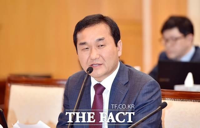 자유한국당 엄용수 의원이 2심에서도 의원직 상실형을 받았다. 사진은 지난해 10월 한국은행 대구경북본부에서 열린 국회 기획재정위원회 국정감사에서 질의하는 엄 의원. /뉴시스