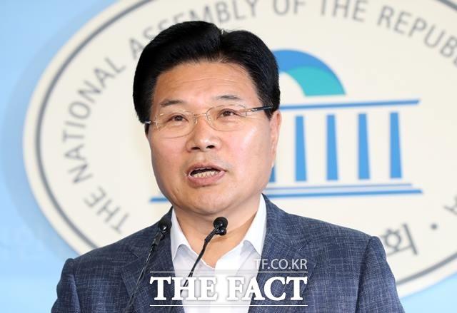 홍문종 의원이 지난 6월 18일 오전 서울 여의도 국회 정론관에서 자유한국당 탈당 기자회견을 하고 있다. /뉴시스