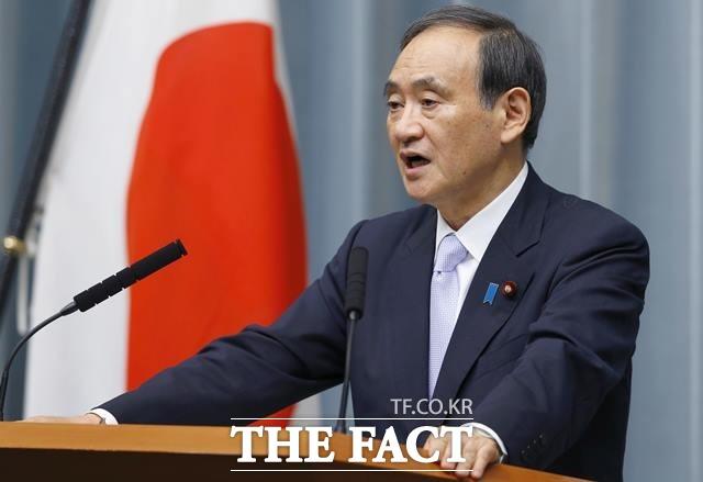 스가 요시히데 관방장관은 한국법원의 일본제철에 대한 자산압류명령 효력이 발생한 4일 일본제철 자산을 강제 매각 시 보복할 것임을 시사했다. 스가 장관이 브리핑을 하고 있는 모습. /AP.뉴시스