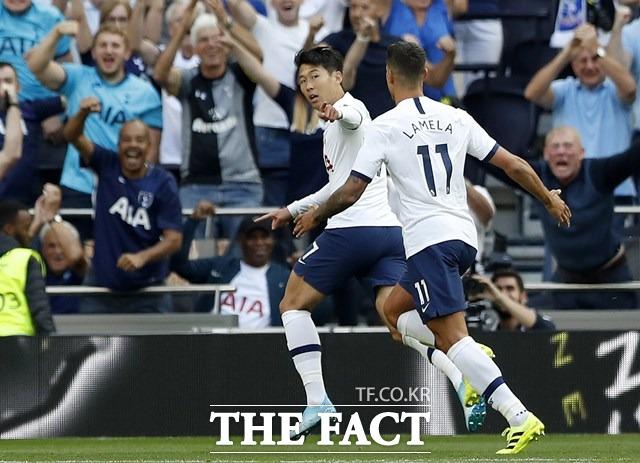 토트넘의 손흥민이 14일 열린 2019-2022시즌 5라운드 크리스탈 팰리스전 전반 10분 시즌 1호골을 터뜨린 뒤 라멜라의 축하를 받으며 골세리머니를 펼치고 있다./런던=AP.뉴시스