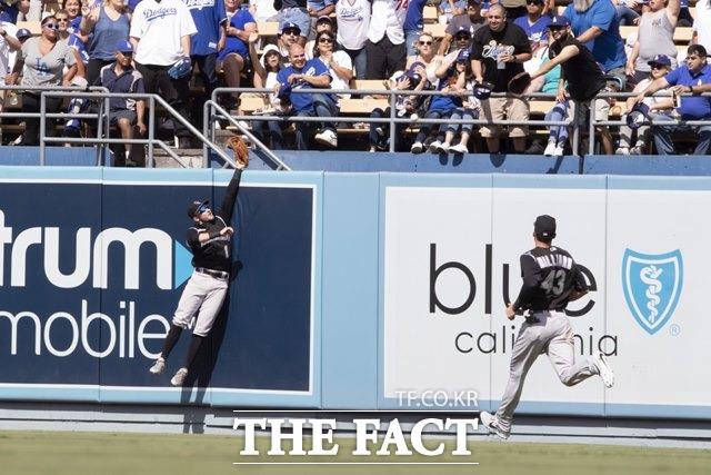 콜로라도 로키스 중견수 개럿 햄슨이 5회말 류현진의 홈런 타구를 잡기 위해 몸을 날리고 있다. 하지만 공은 펜스를 넘고 말았다./LA=AP.뉴시스