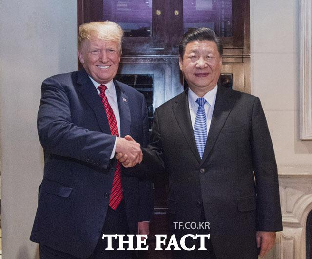 전문가들은 미중 무역분쟁에서 우리 정부가 명확한 방향을 보여야고 한다고 주장했다. 도널드 트럼프 미국 대통령과 시진핑 중국 국가주석이 악수를 나누고 있다. /AP.뉴시스