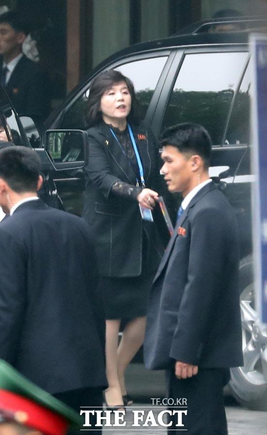 일본 교도통신은 18일 최선희 북한 외무성 부상이 러시아를 방문하기 위해 평양을 떠났다고 보도했다. 지난 2월 하노이 북미정상회담 당시 최 부상이 호텔 앞에서 출발 준비를 하고 있다. /뉴시스