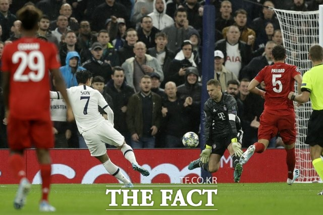 2014브라질 월드컵 골든글러브상 수상자 노이어의 철벽 방어를 뚫은 손흥민의 양발 슛./런던=AP.뉴시스