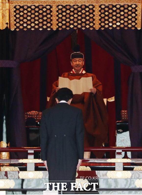 레이와시대를 연 나루히토 일왕이 국내외 2000여 명이 참석한 가운데 22일 도쿄 고쿄(皇居)에서 즉위 선포의식을 가졌다. 즉위식에 참석해 고개를 숙이고 있는 아베 신조 일본 총리(왼쪽). /도쿄=AP·뉴시스