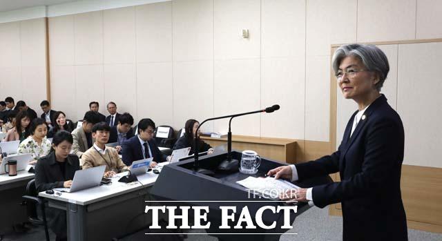 강경화 외교부 장관이 24일 오전 서울 종로구 외교부 브리핑룸에서 내신기자들을 대상으로 외교현안 관련 브리핑을 하고 있다. /외교부=뉴시스