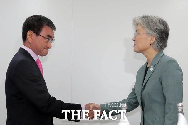 강경화 외교부 장관은 한일 갈등에 대한 질문에 답했다. 일본과의 대화가 계속 진행중이라고 말했다. 지난 8월 한일갈등의 최고조인 상황에서 태국 ARF계기 고노 다로 전 일본 외무상과 양자회담을 하기에 앞서 악수 하는 강 장관. /뉴시스