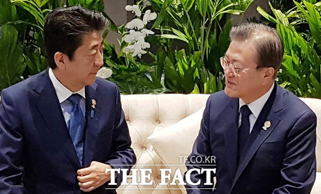 전문가들도 문희상 안에 대해 부정적으로 바라봤다. 문재인 대통령이 지난 10월 태국 방콕 임팩트포럼에서 열린 제22차 아세안+3 정상회의에 앞서 아베 신조 일본 총리와 사전환담을 하고 있다. /청와대 제공
