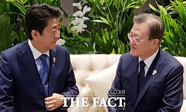 전문가들은 단기적으론 스가 관방장관이 14일 자민당 총재 선거 승리 이후 한국인들의 호감도가 올라갈 순 있지만, 장기적으로 아베(왼쪽) 총리와 별다른 성향을 보여주지 못하기 때문에 다시 아베 2.0으로 돌아갈 가능성이 있다고 전망했다. 제22차 아세안+3 정상회의에 앞서 아베 총리와 사전환담하던 문재인 대통령. /청와대 제공