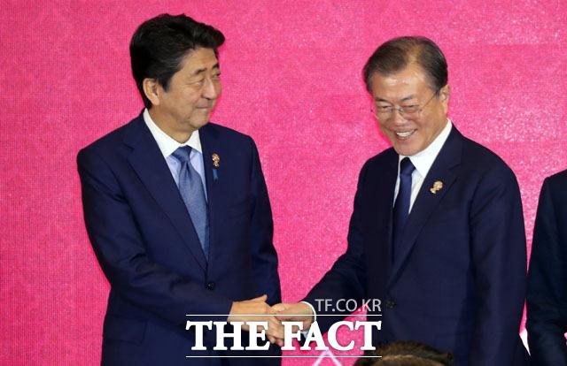 월스트리트저널 등 외신에서도 일본의 입국 조치에 대해 매우 엄격한 입국 제한 조치라고 평가했다. 문재인 대통령이 지난해 역내포괄적경제동반자협정(RCEP) 정상회의에 참석해 아베 신조 일본 총리와 악수를 하고 있다. /뉴시스