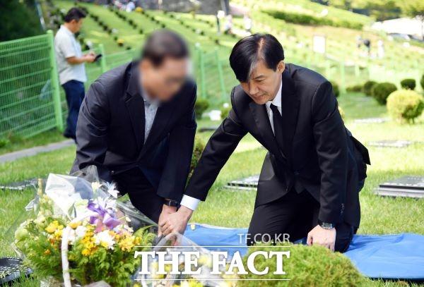 조국 전 법무부 장관이 지난 9월 14일 부산 기장군 부산추모공원을 방문, 상관의 폭언 등을 견디지 못하고 2016년 극단적인 선택을 한 고 김홍영 전 검사의 묘소를 참배하고 있다. /뉴시스
