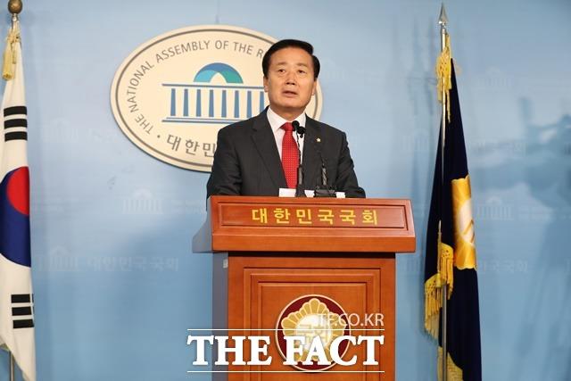 김성찬 자유한국당 의원이 15일 오전 서울 여의도 국회 정론관에서 불출마 선언 기자회견을 하고 있다. 한국당에서 현역 의원이 내년 총선 불출마를 선언한 것은 유민봉·김무성 의원에 이어 이번이 세 번째다. /뉴시스