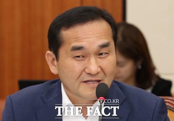 10월 8일 국회 기획재정위원회에서 열린 한국은행 국정감사에서 엄용수 자유한국당 의원이 질의하고 있다. /뉴시스
