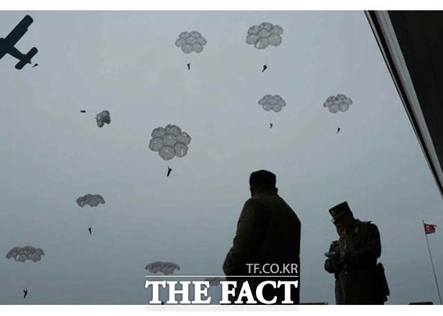 김정은 북한 국무위원장이 저격병들의 낙하산 침투 훈련을 지도했다고 북한 매체들이 18일 보도했다. 김 위원장과 낙하산 부대 모습. /노동신문.뉴시스