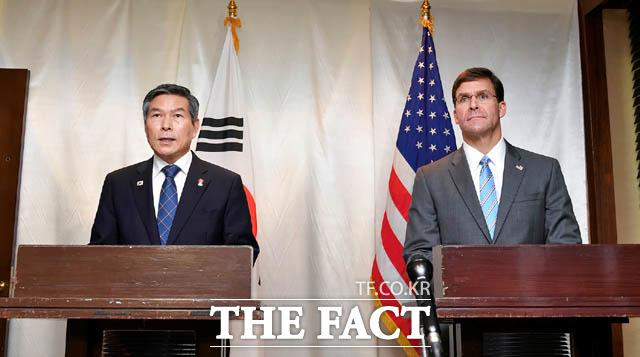 한미연합훈련을 전격 연기하기로 했고, 도널드 트럼프 미국 대통령이 김정은 북한 국무위원장에게 만나자는 메시지를 전하면서 연내 3차 북미정상회담 가능성이 점춰지고 있다. 정경두 국방부 장관과 마크 에스퍼 미국 국방부 장관이 지난 17일 태국 방콕 아바니 리버사이드 호텔에서 공동 기자회견을 하고 있다. /국방부 제공